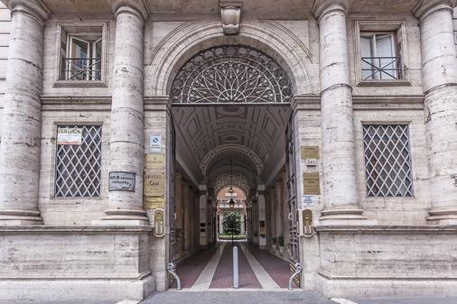 Hotel Regina Giovanna - Rome - Building