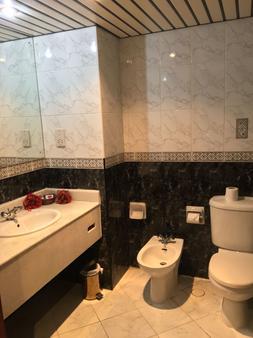 Bahrain Carlton Hotel - Manama - Bathroom