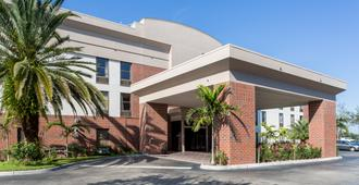 Days Inn & Suites by Wyndham Fort Myers Near JetBlue Park - Fort Myers - Building