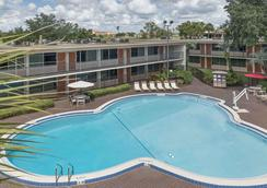 Ramada by Wyndham Kissimmee Gateway - Kissimmee - Pool