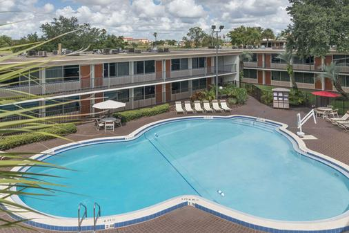 Ramada Kissimmee Gateway - Kissimmee - Pool