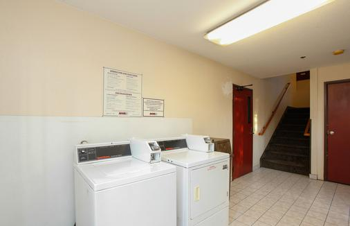 Red Roof Inn Ontario Airport - Ontario - Laundry facility