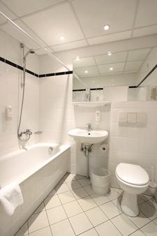 Ibis Hotel Dresden Königstein - Dresden - Bathroom