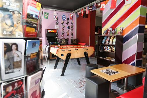 Le Montclair Montmartre by Hiphophostels - Paris - Living room