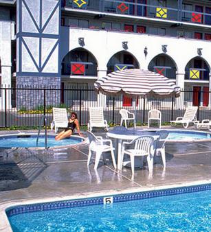 Castle Inn and Suites - Anaheim - Pool