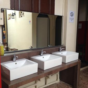 Sleepy Kiwi Backpacker Hostel - Singapore - Bathroom
