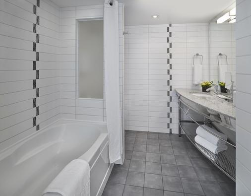 Matrix Hotel - Edmonton - Bathroom