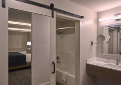 Fredericksburg Inn and Suites - Fredericksburg - Bathroom