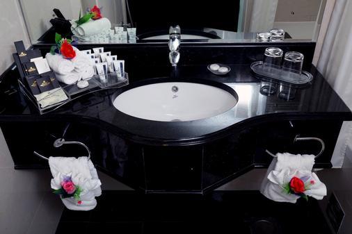 Royal Grand Suite Hotel - Sharjah - Bathroom