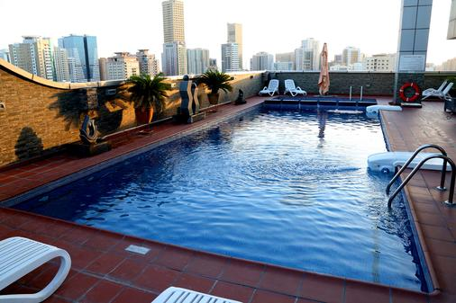 Royal Grand Suite Hotel - Sharjah - Pool