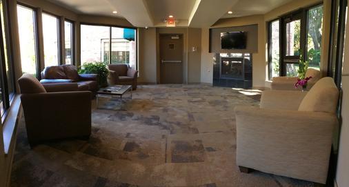 The East Avenue Inn & Suites - Rochester - Living room