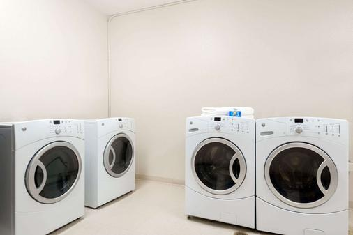 Baymont by Wyndham Denver International Airport - Denver - Laundry facility