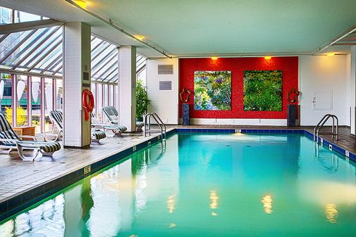 Pinnacle Hotel Harbourfront - Vancouver - Pool