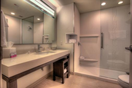Courtyard by Marriott Pigeon Forge - Pigeon Forge - Bathroom