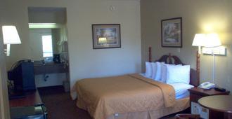 Days Inn & Suites by Wyndham Savannah Midtown - Savannah - Bedroom