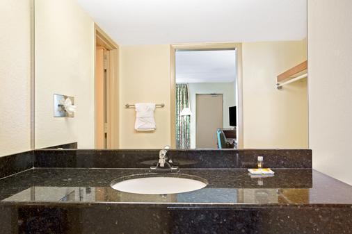 Days Inn Orlando Airport Florida Mall - Orlando - Bathroom