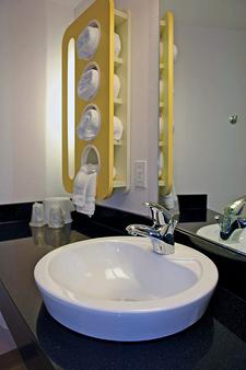 Motel 6 Omaha Ne - Omaha - Bathroom