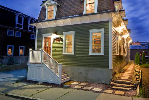 Bouchard Inn & Restaurant - Newport - Building