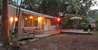 Key Lime Sailing Club and Cottages - Key Largo - Building
