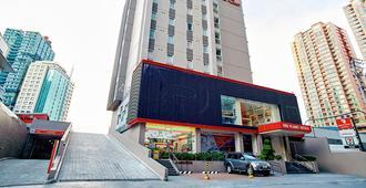 Red Planet Amorsolo - Manila - Building