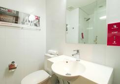 Red Planet Amorsolo - Manila - Bathroom