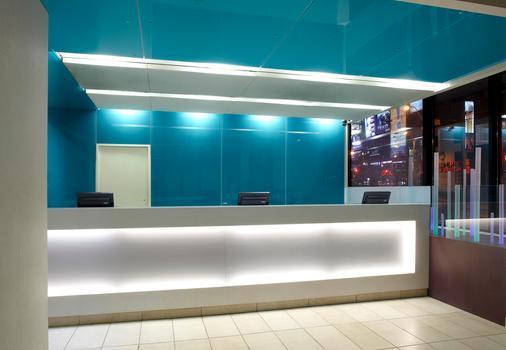 Bond Place Hotel - Toronto - Front desk