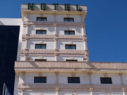 Hotel Sercotel Cuatro Postes - Ávila - Building