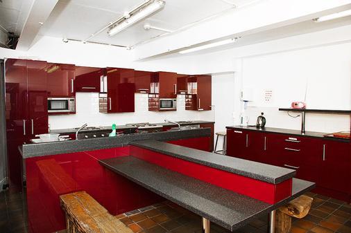 Isaacs Hostel - Dublin - Kitchen