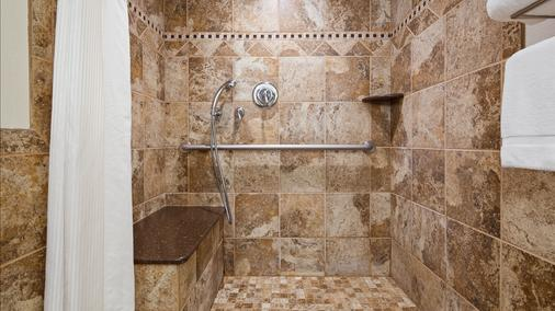 Best Western Plus Longbranch Hotel & Convention Center - Cedar Rapids - Bathroom