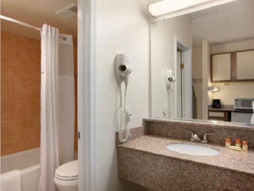 Days Inn by Wyndham Virginia Beach At The Beach - Virginia Beach - Bathroom