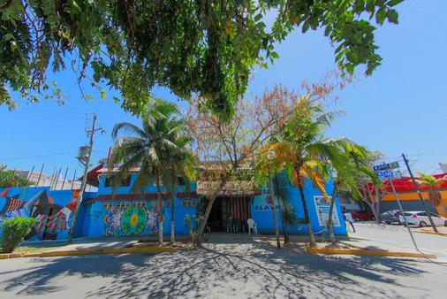 Hostel Playa by the Spot - Playa del Carmen - Building