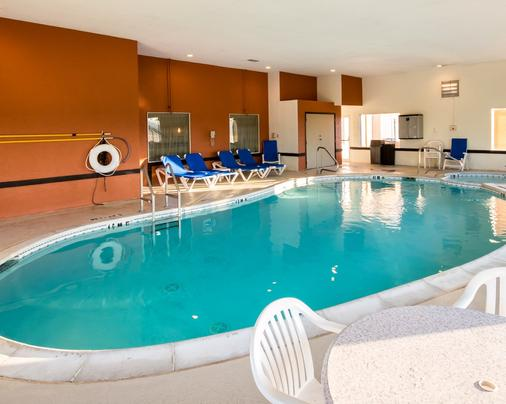 Clarion Inn And Suites Dfw North - Irving - Pool