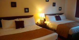International Inn - Hyannis - Bedroom