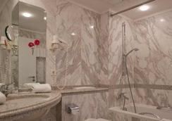 Sorat Insel-Hotel Regensburg - Regensburg - Bathroom