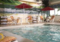 Ramada by Wyndham Virginia Beach Oceanfront - Virginia Beach - Pool