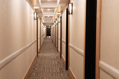 Banff Ptarmigan Inn - Banff - Hallway