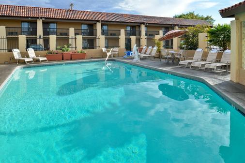 Best Western Plus A Wayfarer's Inn and Suites - Kingman - Pool