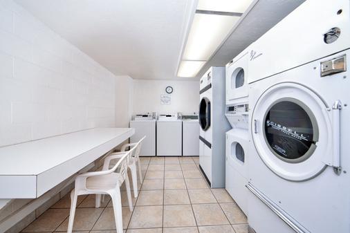 Best Western Plus A Wayfarer's Inn and Suites - Kingman - Laundry facility