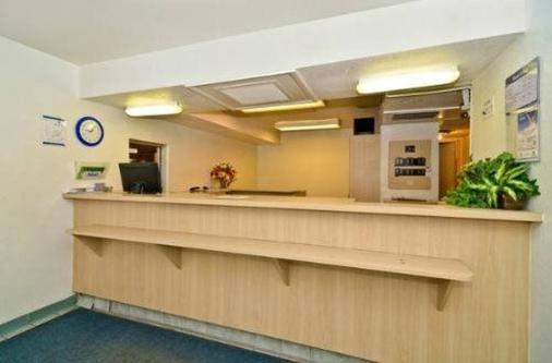 Budget Inn - St. Louis - Front desk