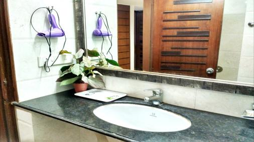 Hotel Palm Greens - New Delhi - Bathroom