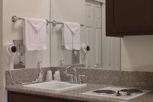 California Suites Hotel - San Diego - Bathroom