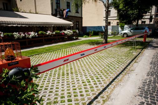 Saint Feder Hotel - Lviv - Parking