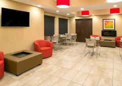 Microtel Inn & Suites by Wyndham Red Deer - Red Deer - Lobby