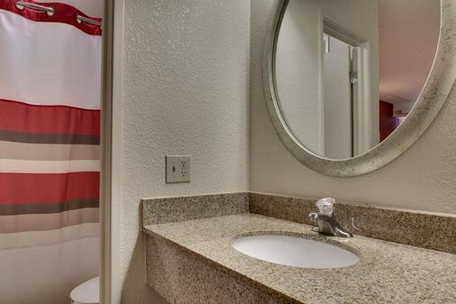 Red Roof Inn St Louis - Westport - St. Louis - Bathroom