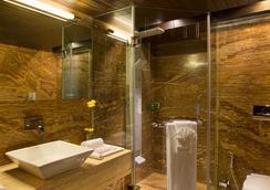 Bizz The Hotel - Rajkot - Bathroom