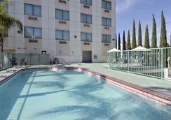 Ramada Plaza Anaheim - Anaheim - Pool